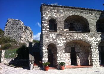Il Palazzo ducale e le Torri dell' Olio, a Castelmorrone gli alberi di Dalisi