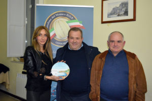 Mirella Parmeggiani premia i fratelli Cacace