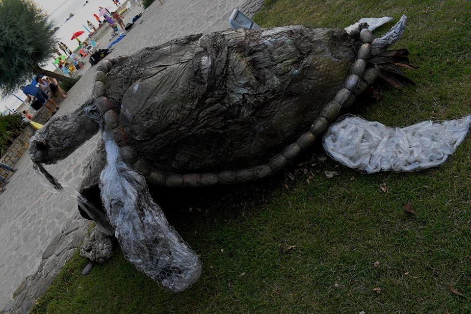 Arte in spiaggia con il pesce mangiarifiuti  per sensibilizzare contro l'inquinamento marino