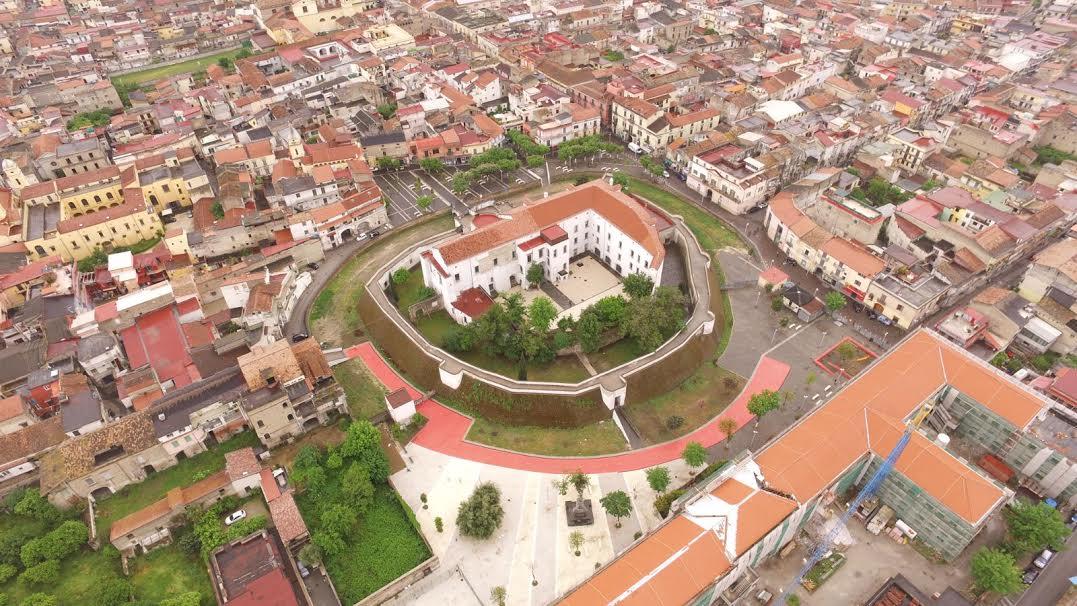 Pulcinella e il Vesuvio al Castello dei Conti di Acerra