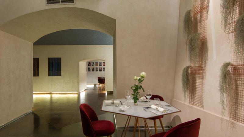 Mame Ostrichina a Napoli, la ripartenza con un cameriere dedicato