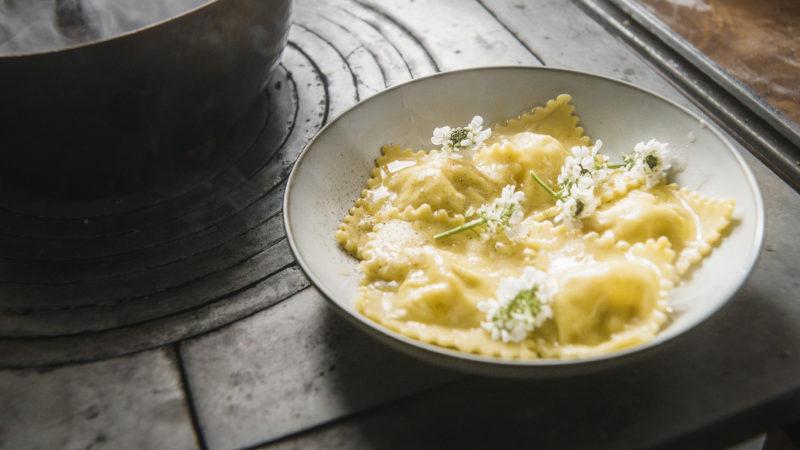 Autunno, cucinare ravioli con erborinato e noci