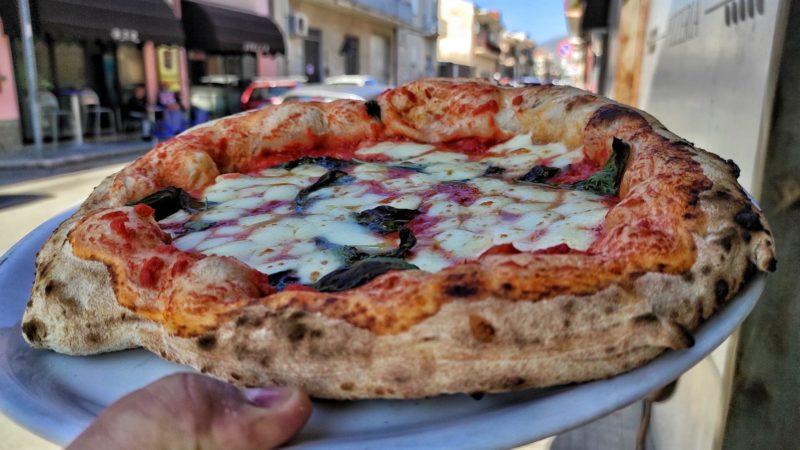Luca Doro, i tavoli sono  outdoor con la pizzeria nella Corte